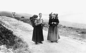 Women knit whilst carrying kishies of peat c 1900 photo Thomas Kent Page 16 Knitting by the Fireside and on the hillside